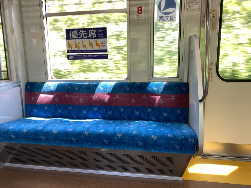 電車で席を譲るのは「年寄り扱い」なのか