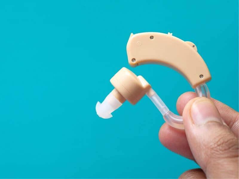高齢者と補聴器が抱える問題
