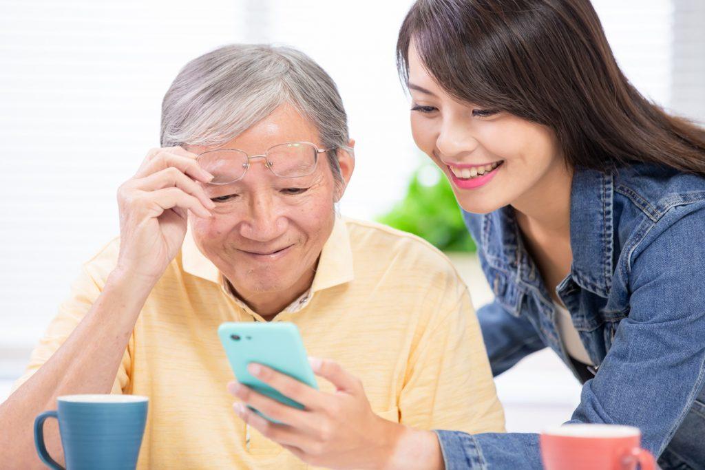 どうせ使いこなせない!?高齢者こそスマホやインターネットを活用するべき